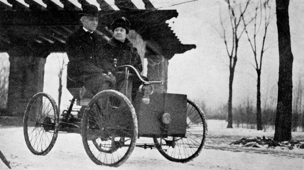 mr and mrs henry ford in his first car min - Генри Форд